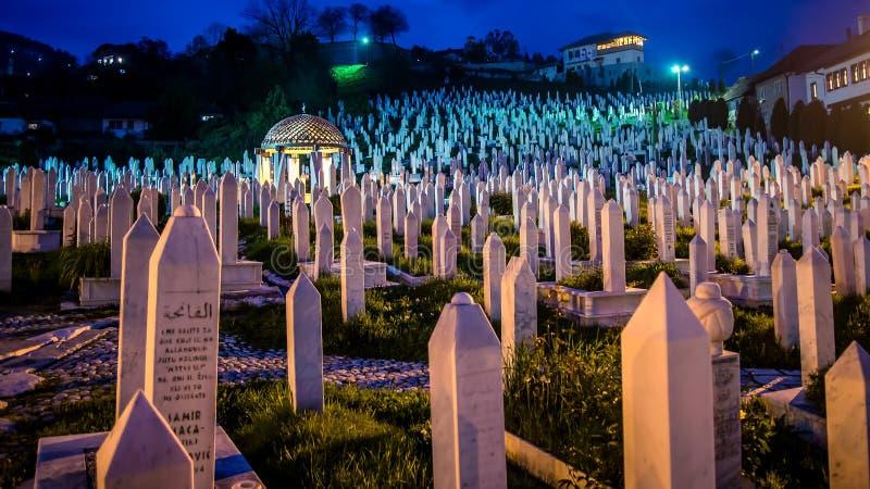 O cemitério no monte para povos morreu na guerra bosniana em Sarajevo, Bósnia fotografia de stock royalty free