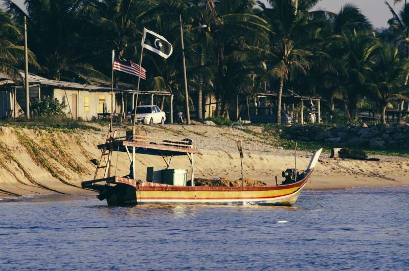 O cenário bonito, barco tradicional do pescador amarrou sobre o beauti imagem de stock royalty free