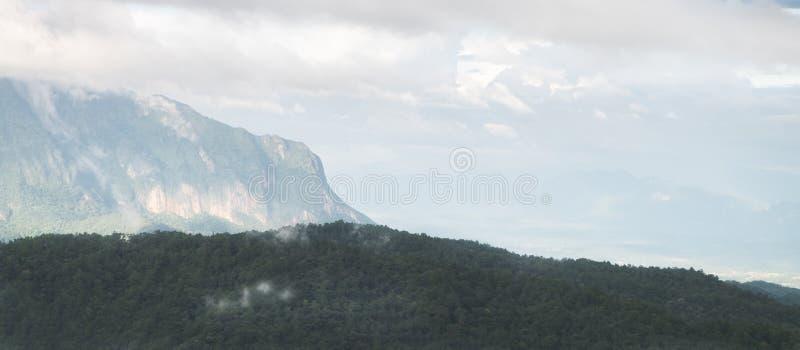 O cenário bonito da opinião de escala de montanhas com nuvem ou névoa imagem de stock royalty free