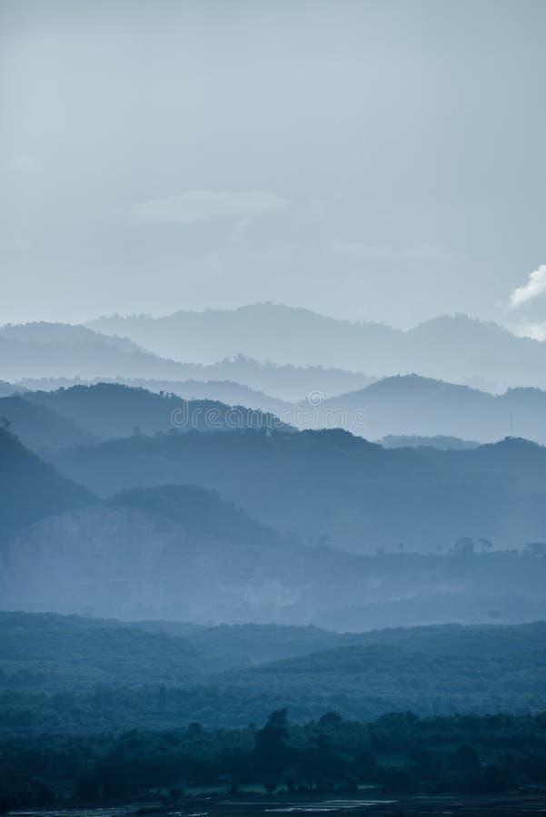 O cenário bonito das montanhas na névoa foto de stock