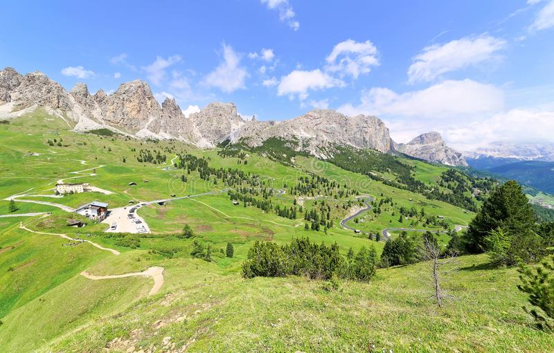 O cenário de Gardena majestoso passa em um dia de verão ensolarado com as estradas & as fugas de caminhada que enrolam através de foto de stock royalty free