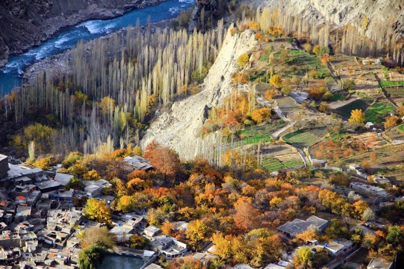 O cenário do outono da vila em Ganish, Hunza de Paquistão fotografia de stock royalty free