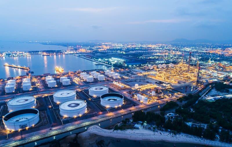 O central de petróleo da luz da noite da vista aérea ou da vista superior é facilidade industrial para o armazenamento do óleo e  fotografia de stock royalty free