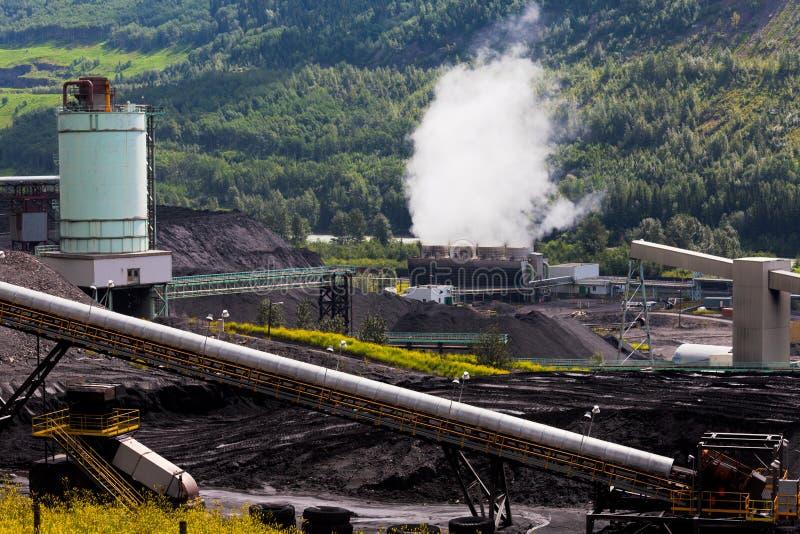 O central elétrica bonde da mina de carvão contrasta a natureza foto de stock