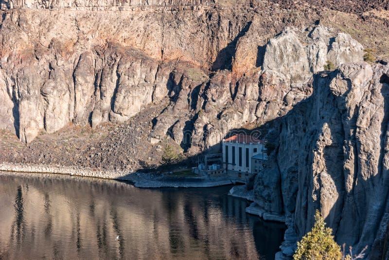 O central elétrica hidroelétrico no Shoshone cai no rio Snake fotografia de stock royalty free