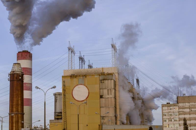 O central nuclear descarrega o vapor na atmosfera imagem de stock royalty free