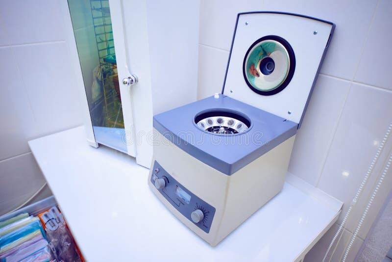 o centrifugador azul para analisa no escritório do dentista fotografia de stock royalty free
