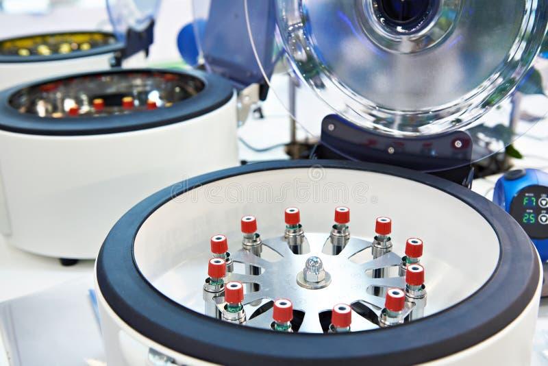 O centrifugador do laboratório para analisa fotos de stock royalty free