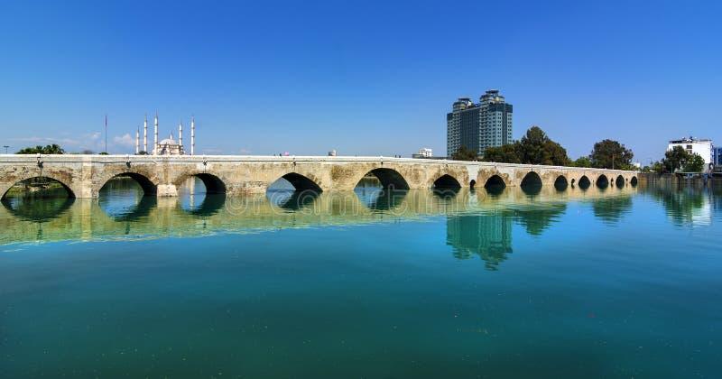 O centro da cidade de Adana, situado nos bancos de Seyhan River, é a mesquita a maior em Turquia fotografia de stock royalty free