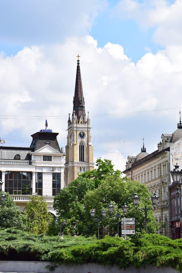 O centro da cidade, nome da igreja de casa-se em Novi Sad, Sérvia fotos de stock