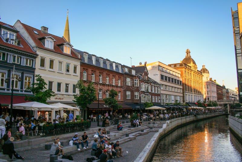 O centro de Aarhus e de seu canal no por do sol, Dinamarca imagem de stock royalty free