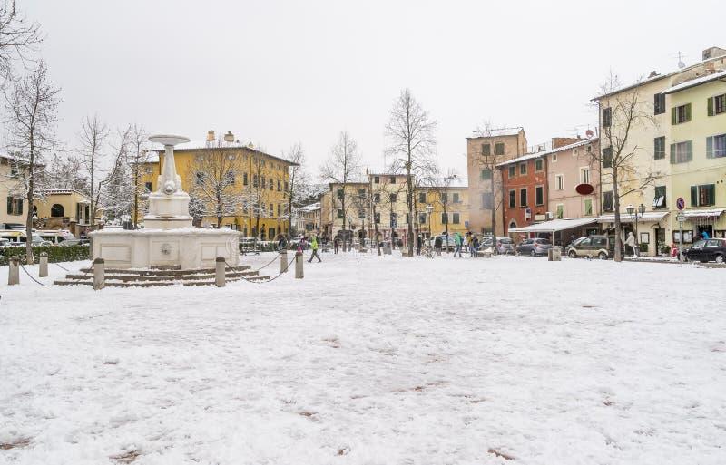 O centro de Bientina, após uma queda de neve, Pisa, Toscânia, Itália foto de stock