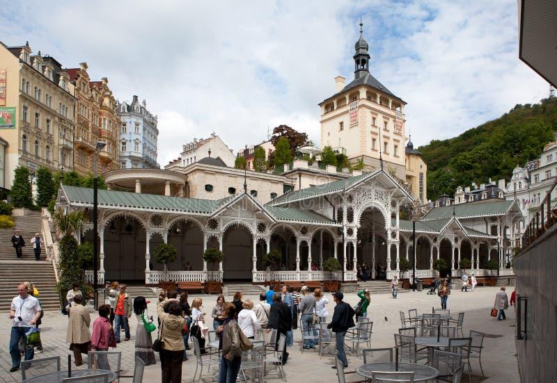 O centro de cidade em Karlovy varia fotografia de stock