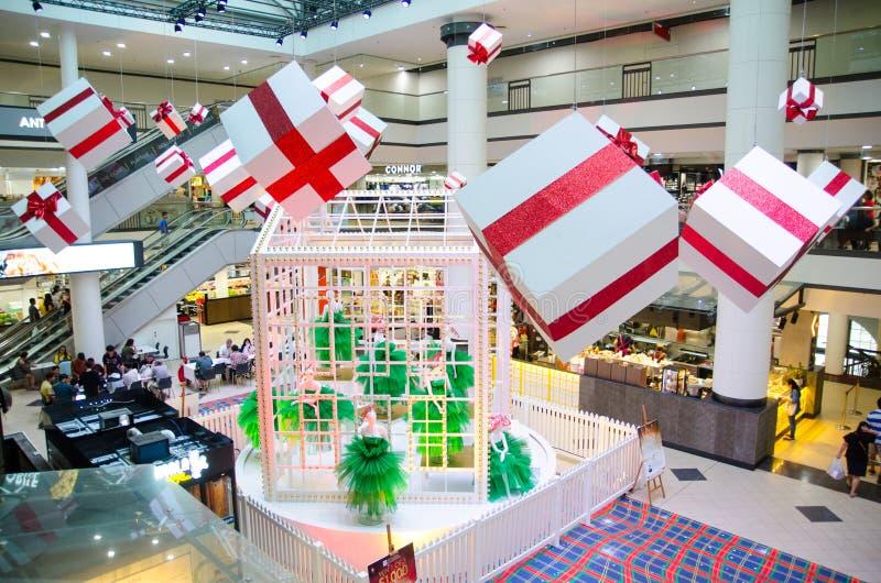 O centro de compra da cidade do mercado decorou com a caixa atual grande para a estação de vinda do Natal, da São Estêvão e do an imagens de stock royalty free