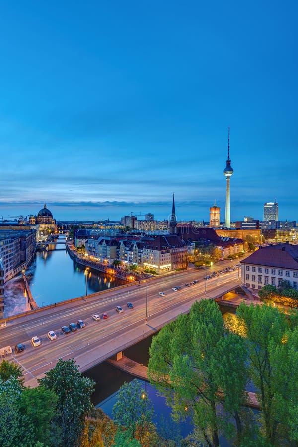 O centro histórico de Berlim após o por do sol imagens de stock