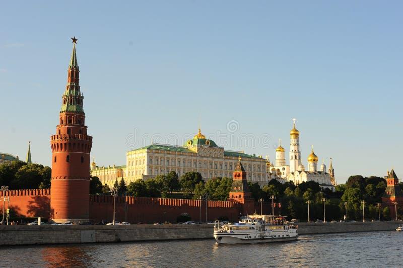 O centro histórico de Rússia é a torre de Vodovzvodnaya ou de Sviblova do Kremlin de Moscou, o palácio grande do Kremlin, o Annun fotografia de stock royalty free