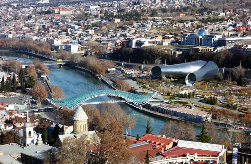 O centro histórico de Tbilisi Panorama da cidade Ponte da paz O Rio Kura imagens de stock royalty free