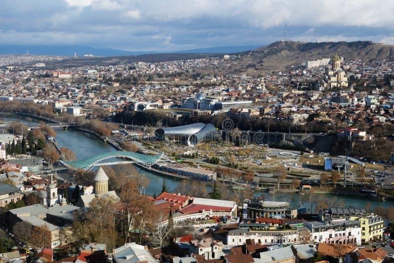 O centro histórico de Tbilisi Panorama da cidade Ponte da paz O Rio Kura imagem de stock royalty free