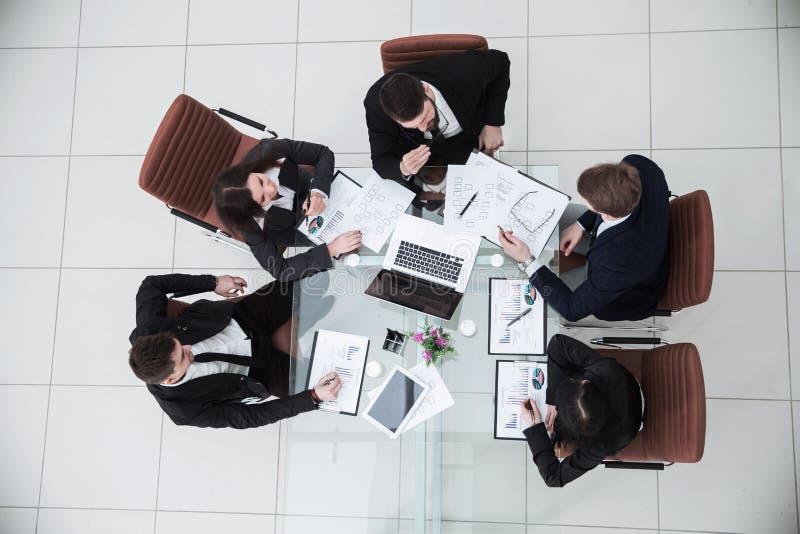 O CEO e o negócio team em uma reunião de funcionamento imagem de stock royalty free