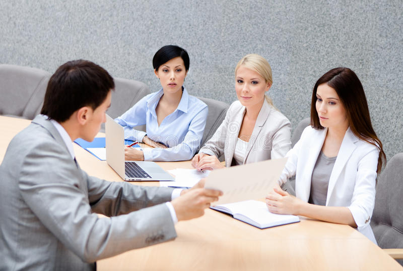 O CEO realiza uma reunião do negócio fotos de stock