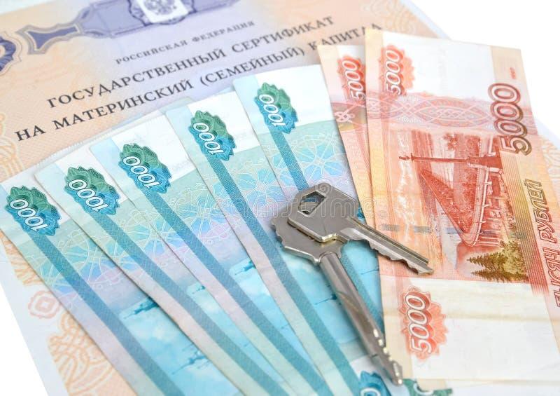 O certificado do estado no capital de maternidade (da família), no dinheiro do russo e nas chaves imagem de stock royalty free