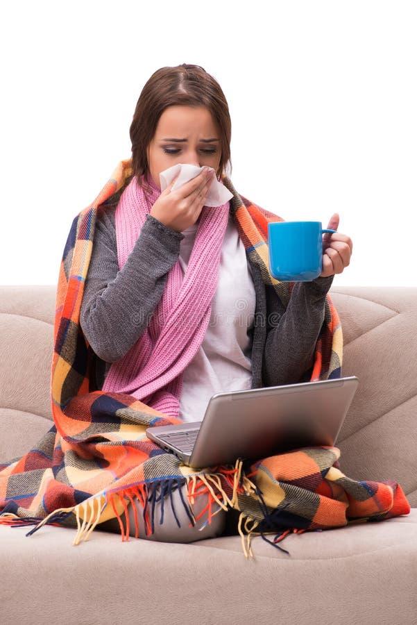 O chá bebendo da jovem mulher durante a febre fotografia de stock
