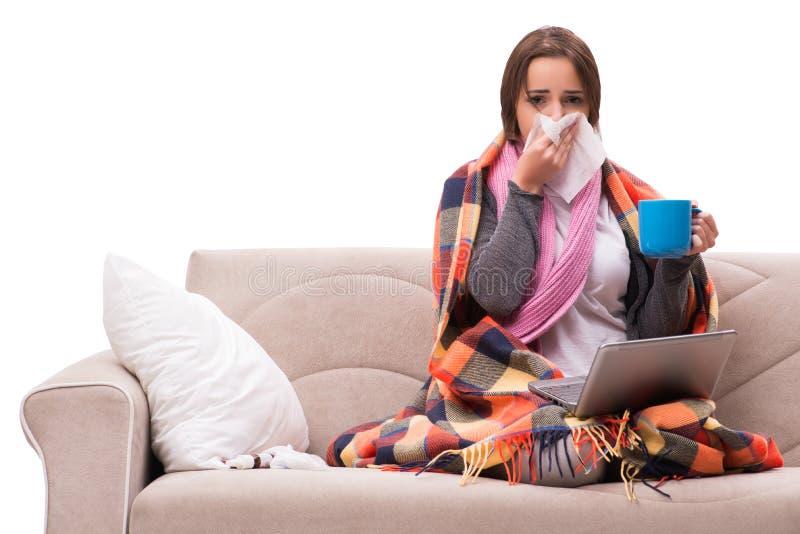 O chá bebendo da jovem mulher durante a febre fotos de stock royalty free