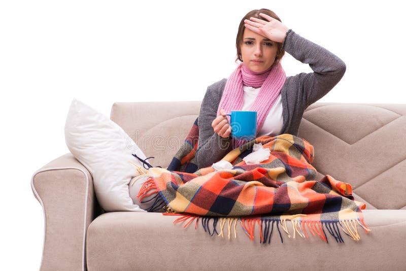 O chá bebendo da jovem mulher durante a febre imagens de stock royalty free