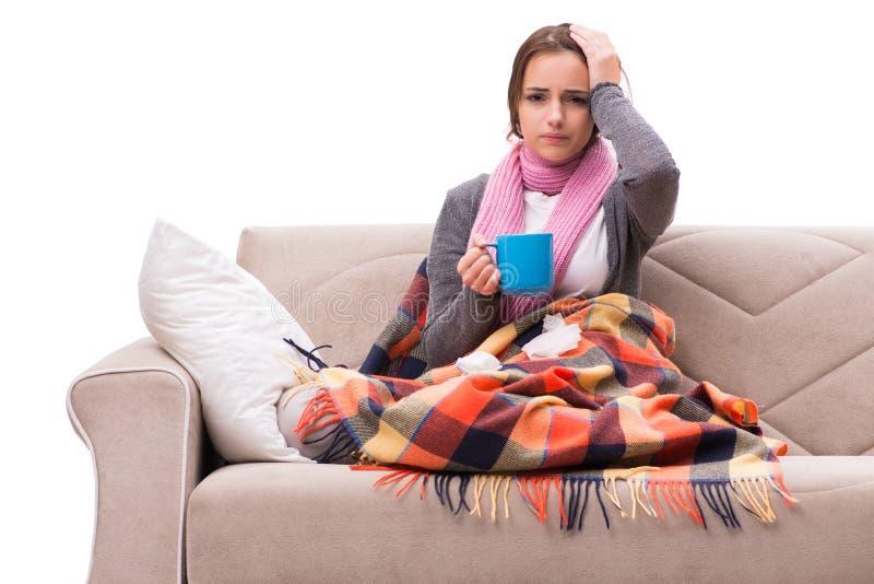 O chá bebendo da jovem mulher durante a febre imagens de stock