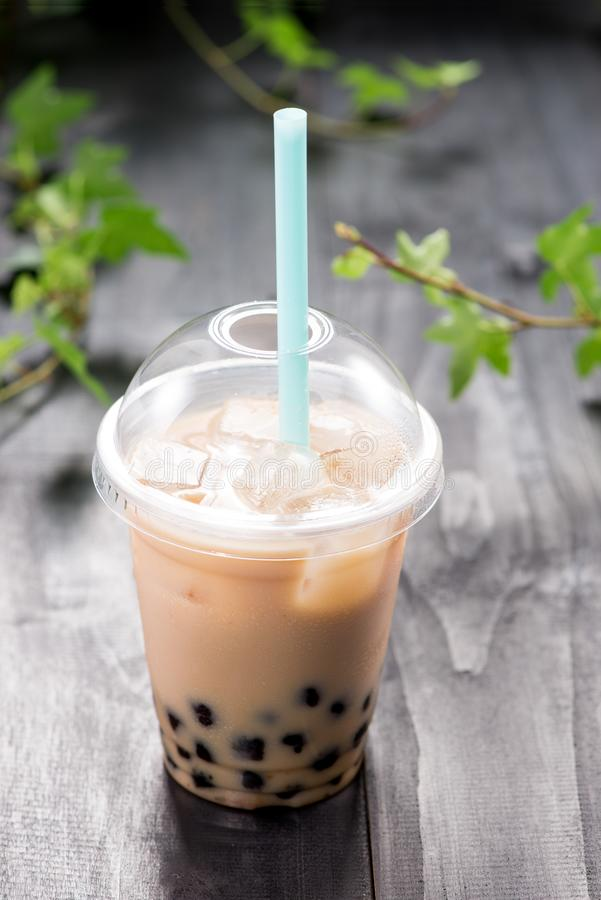 O chá do boba da bolha com leite e tapiocas peroliza no copo plástico fotografia de stock