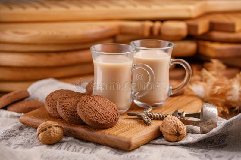 O chá está em inglês Chá delicioso e saudável do café da manhã com as cookies de leite e de farinha de aveia imagens de stock