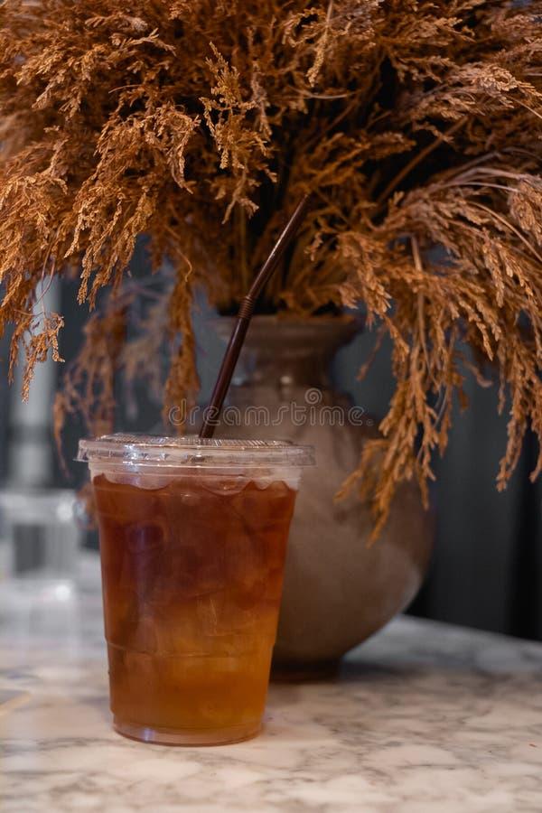 O chá fresco do limão coloca-o com um vaso de flor seco Para complementar a decoração bonita fotos de stock