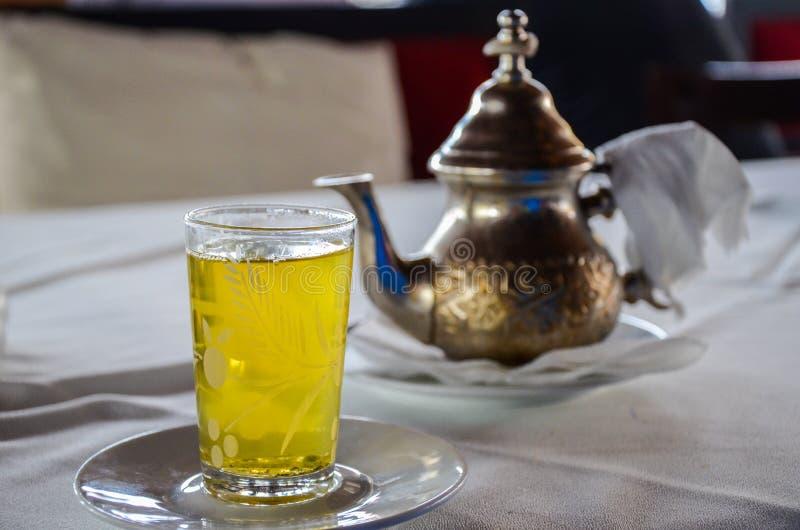 O chá marroquino tradicional da hortelã serviu do bule de cobre autêntico Foco seletivo foto de stock royalty free