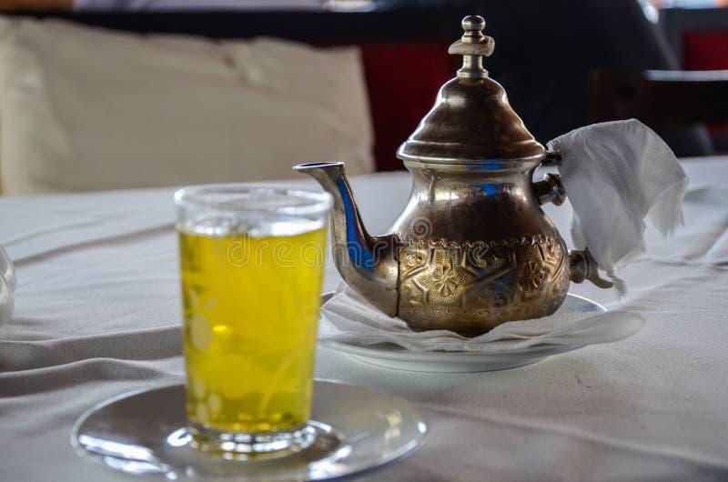 O chá marroquino tradicional da hortelã serviu do bule de cobre autêntico Foco seletivo imagens de stock royalty free
