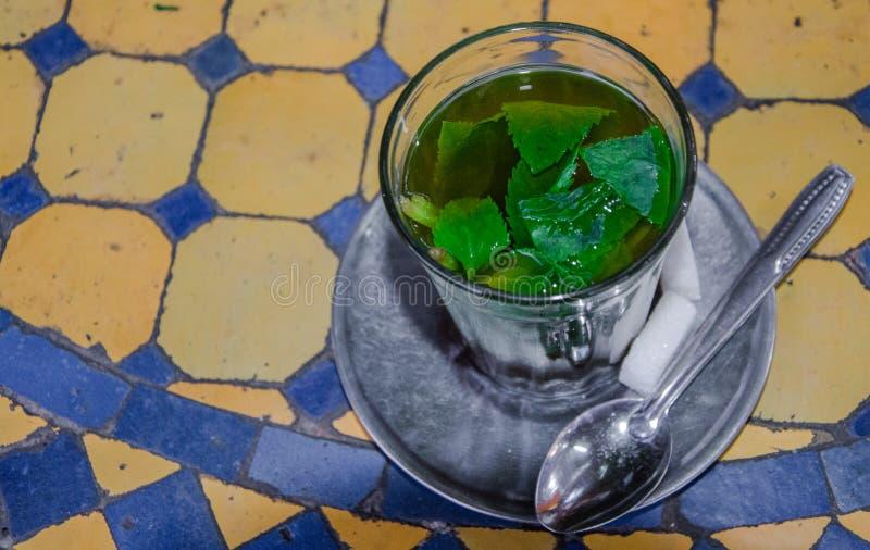 O chá serviu e preparou-se para beber, costumes da cortesia fotografia de stock