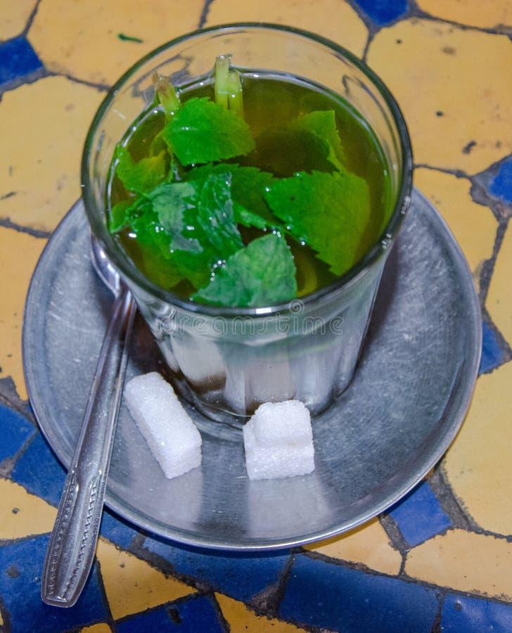 O chá serviu e preparou-se para beber, costumes da cortesia fotos de stock royalty free