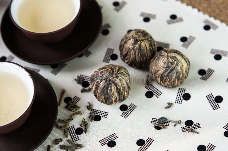 O chá verde e as bolas empacotam e os copos ajustados do estilo japonês foto de stock