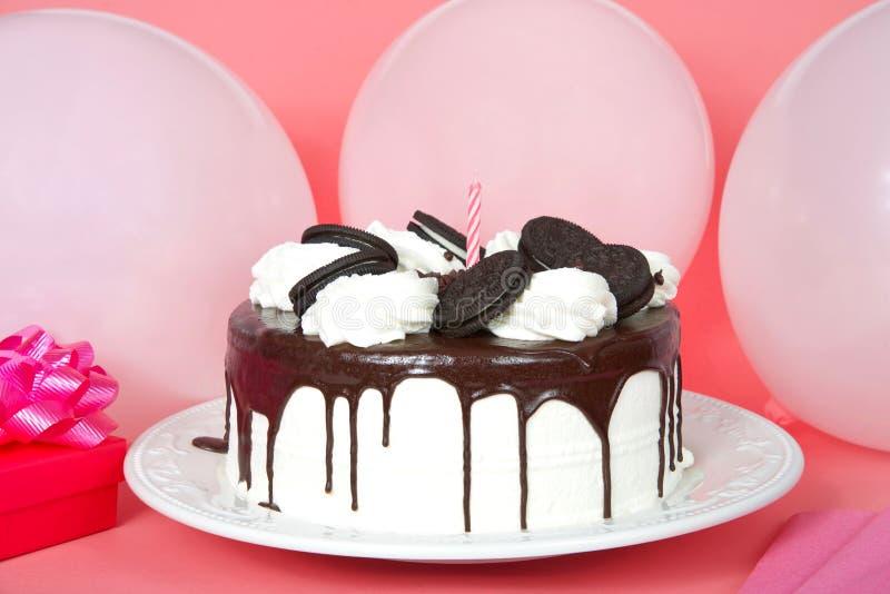 O chantiliy branco o bolo geado com creme do chocolate encheu a cena do partido das cookies da bolacha do sanduíche imagens de stock