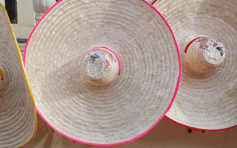 O chapéu de palha colorido elegante da mulher para a venda streetwalk sobre durante temporadas de verão imagem de stock