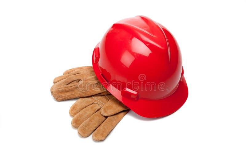 O chapéu duro e o couro vermelhos funcionam luvas no branco fotografia de stock