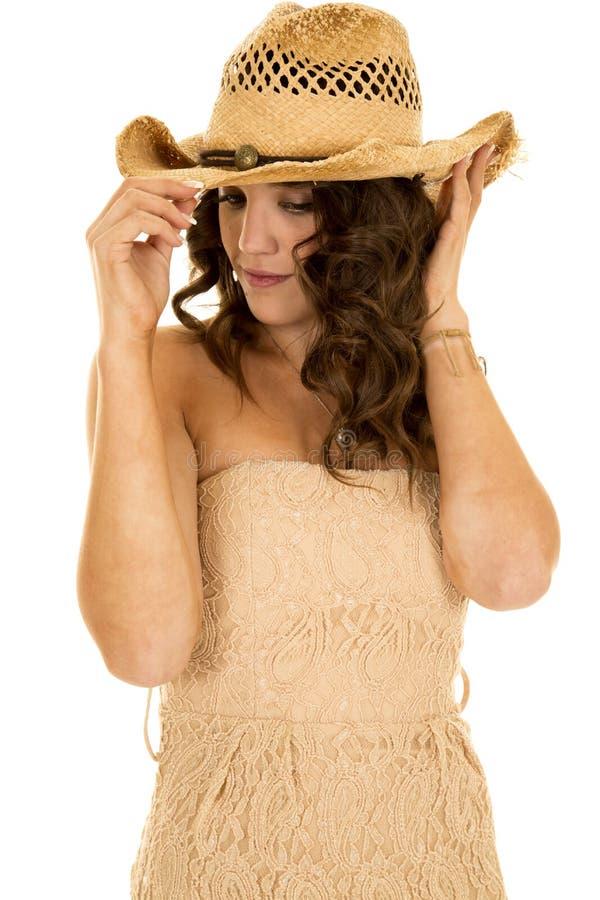 O chapéu ocidental do vestido sem alças bronzeado da mulher olha para baixo imagem de stock royalty free