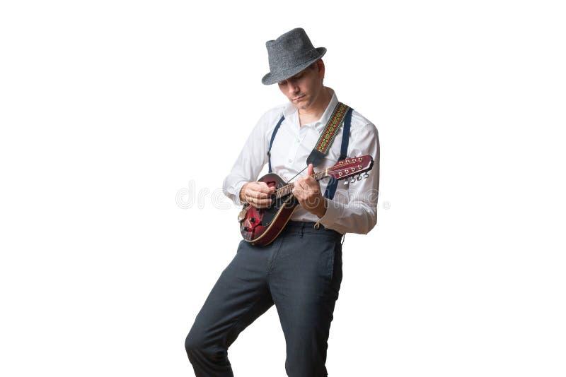 O chapéu vestindo do homem é concentrado que joga o bandolim imagem de stock