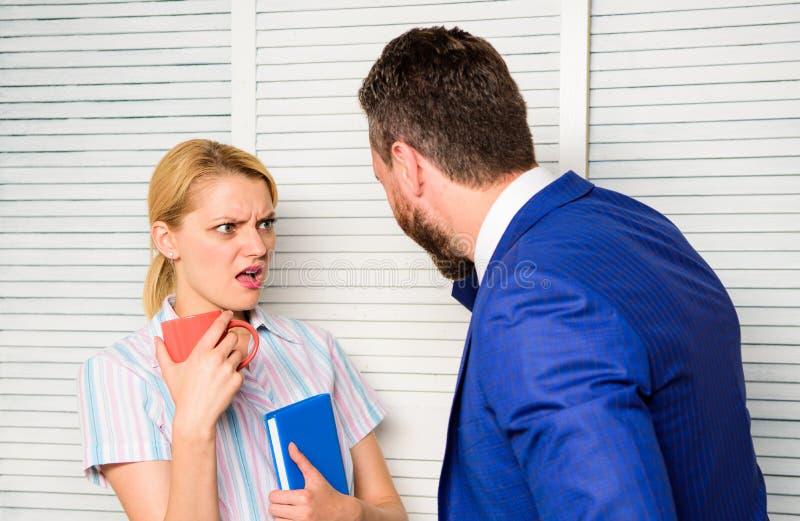 O chefe e o trabalhador discutem o plano de funcionamento Preconceito e atitude pessoal com relação ao empregado Conceito da disc imagens de stock royalty free