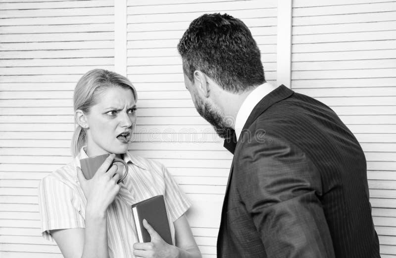 O chefe e o trabalhador discutem o plano de funcionamento Preconceito e atitude pessoal com relação ao empregado Conceito da disc fotos de stock