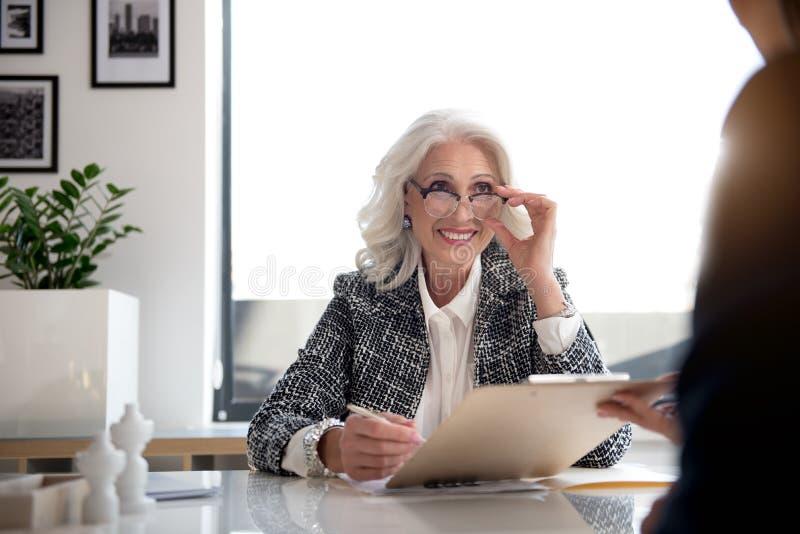 O chefe envelhecido de encantamento da senhora está expressando a felicidade foto de stock royalty free