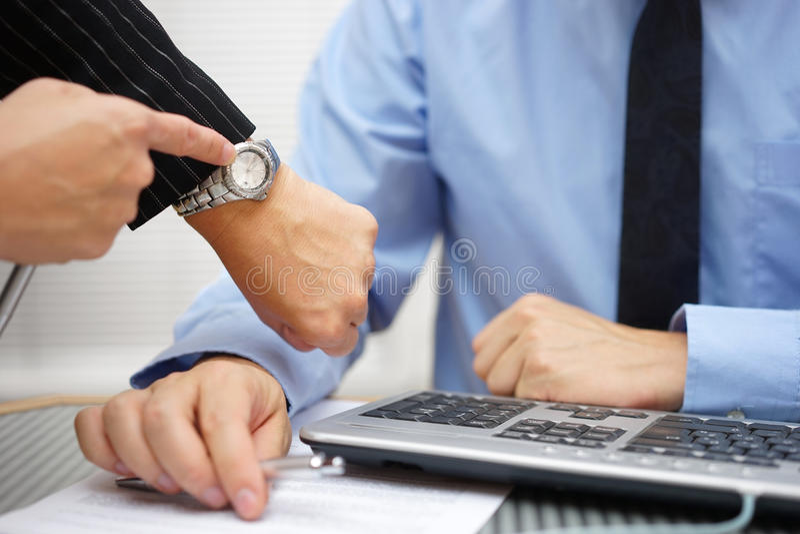 O chefe está pressionando no colega de trabalho sobre o trabalho inacabado fotos de stock royalty free