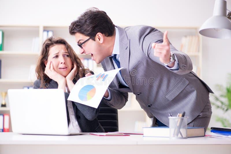 O chefe irritado infeliz com desempenho fêmea do empregado fotos de stock royalty free