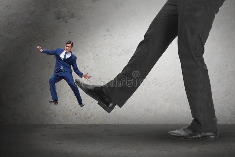 O chefe irritado mau que retrocede o empregado no conceito do negócio imagem de stock