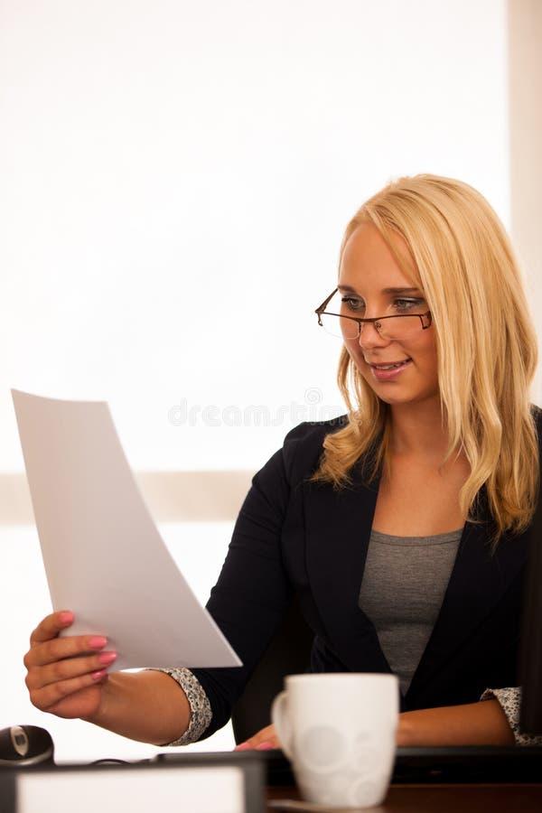 O chefe - mulher de negócio trabalha no escritório com computador - ha imagens de stock royalty free