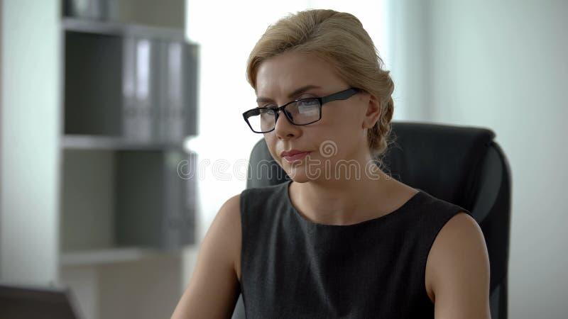 O chefe seguro que trabalha no portátil no escritório, auto da senhora fez a mulher, crescimento da carreira imagens de stock